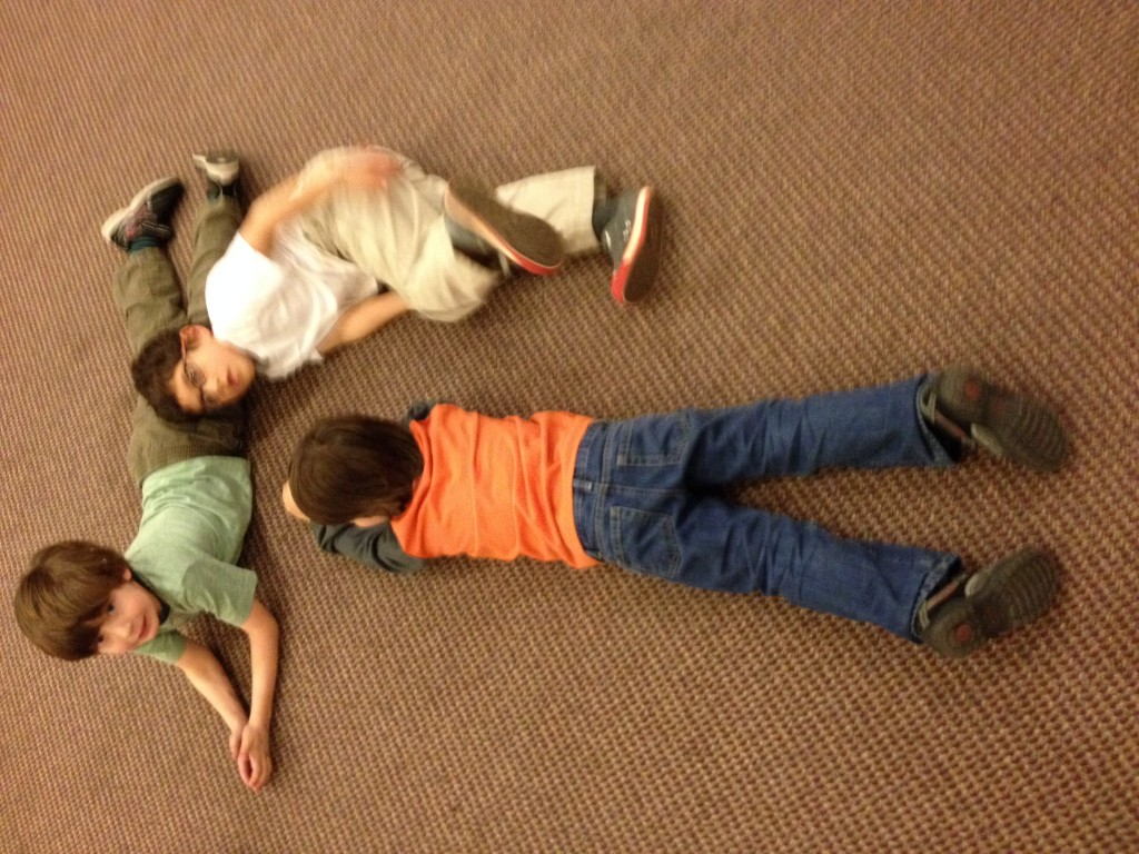 Three Nitzanimers work together to make one large ot out of their bodies.